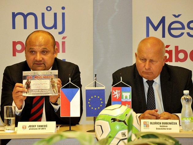 NÁBOR. Předseda UKFS Josef Tancoš (vlevo) a hejtman Ústeckého kraje Oldřich Bubeníček.