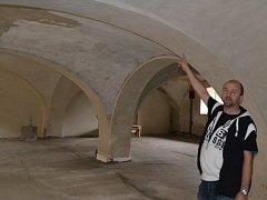 Jan Kotouč  ukazuje, co se už podařilo na českokamenickém pivovaru obnovit.
