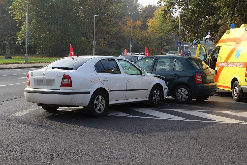 Při bouračce u Zámeckého rybníka se srazila tři auta.