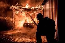 Požár automobilu a přístavku u garáže ve Vlčí Hoře.