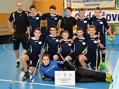 PARÁDNÍ VÝKON. Chlapci se ZŠ Kamenické s trenérem Trčkou získali na MČR bronzové medaile.