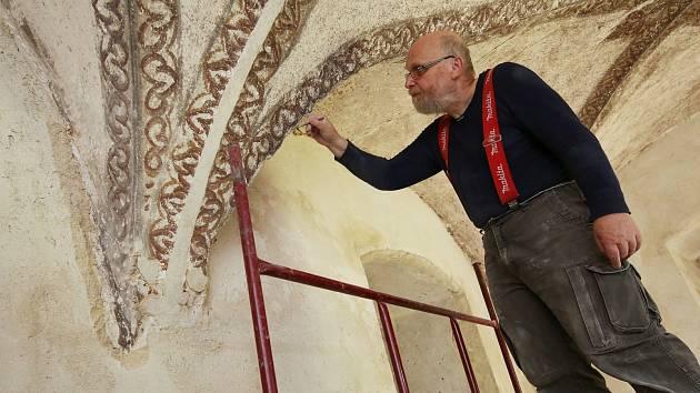 Restaurátor Václav Potůček pracuje v horním zámku v Benešově nad Ploučnicí na objevených stropních malbách.