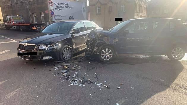 V Děčíně u Ovčího můstku se srazila dvě auta.