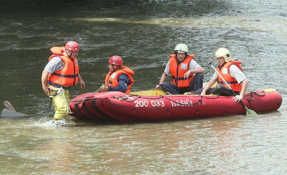Pátrání po pohřešované ženě z Benešova nad Ploučnicí bylo opět bezúspěšné. Ženu naposledy viděli svědci v sobotu v Benešově nad Ploučnicí v ulici Dvořákova, ta nebyla zatopena.