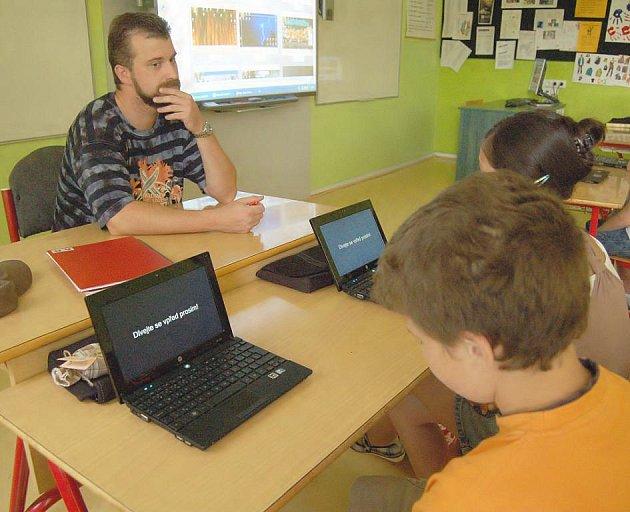 Patnáct školáků ze čtyřiadvaceti z digitální šesté třídy školy T. G. Masaryka v České Kamenici si odnáší vyznamenání.