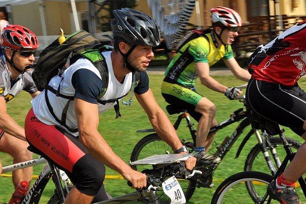 Šestietapový závod jednotlivců, dvojic a rodin na horských kolech s mapou turistického měřítka.