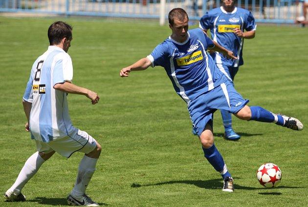 ROZLOUČENÍ. Junior Děčín (v modrém) prohrál 1:3 v Bílině.