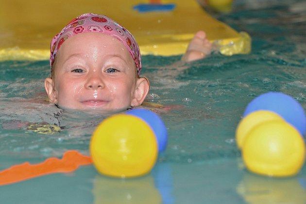 Plavání miminek rozvíjí řadu schopností dětí, utužuje také vztah rodiče a dítěte.
