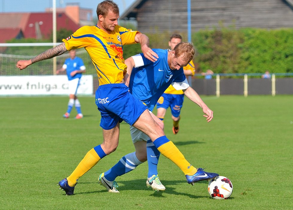 PORÁŽKU 0:3 si fotbalisté Varnsdorfu (ve žlutém) přivezli z Vlašimi.