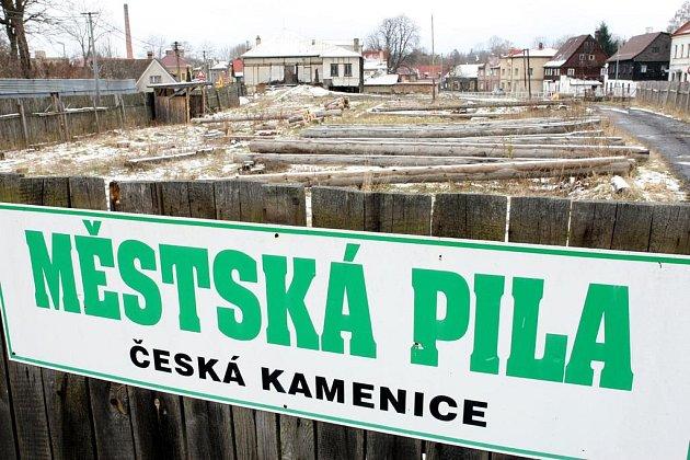 Hrabě Kinský se nevzdává majetků svého rodu. V České Kamenici se soudí o pozemek na němž stojí Městská pila a českokamenický zámek.