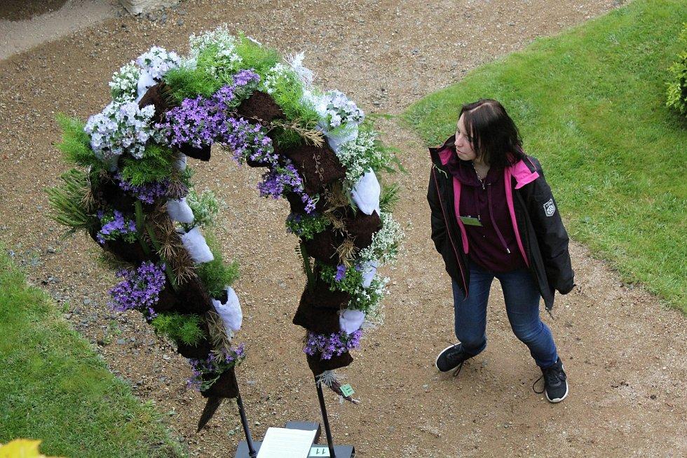Práce floristů jsou k vidění v zahradách děčínského zámku.