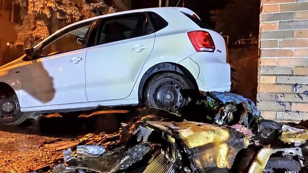 Hořící popelnice na Želenickém sídlišti v Děčíně zapálila dvě auta