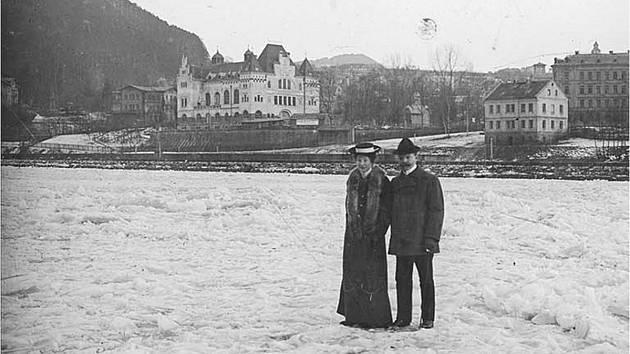Procházka po zamrzlém Labi v Děčíně cca. 1915