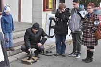 JSME S VÁMI. Malý happening se konal ve Varnsdorfu. Lidé přišli podpořit ústecký Činoherní klub, jemuž hrozí zánik.