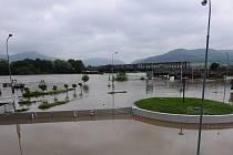 Stěny proti vodě, které chránily levou část Děčína, nestačily. Jejich výška nemohla letošní záplavě vzdorovat, voda tak zatopila nejen kruhový objezd u mototechny, ale také děčínská sportoviště.