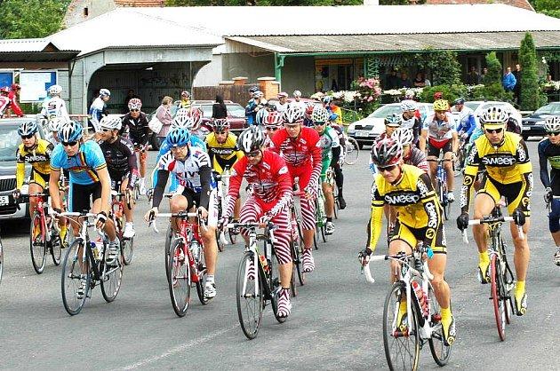 CYKLISTÉ děčínsko – chomutovského týmu Sweep Cycling se opět neztratili a na své konto si připsali další úspěchy. Snímek je z Nepomyšle, v popředí D. Jeřábek (ve žlutém), úplně vlevo I. Jeřábek.