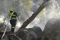 Požár lesa v těžko přístupném terénu nedaleko Jílového na Děčínsku.