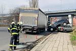 K nehodě čtyř vozidel, tří osobních a jednoho kamionu, došlo v úterý 17. března kolem 10. hodiny v děčínské ulici 17. listopadu.
