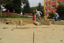 DRÁTY.  Z opravovaného hřiště v Bynově trčely desítky centimetrů dlouhé armatury.