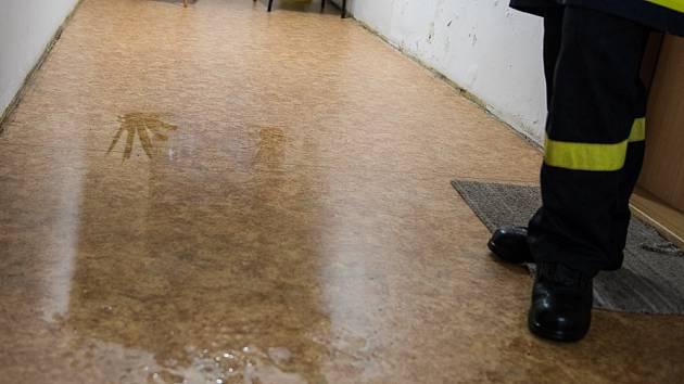 Do kuchyně domu s pečovatelskou službou v Nemocniční ulici ve Varnsdorfu natekla voda.