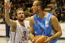 ROBERT LANDA z Děčína (vlevo) byl v Ostravě jedním z nejlepších hráčů celého utkání. Zkušený basketbalista byl nejlepším střelcem Válečníků.