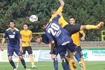 PORÁŽKA. Varnsdorf (v tmavém) prohrál v Sokolově 0:2.