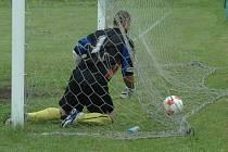 DOBRÁ FORMA. Tu potvrdil Huntířov (světlé dresy), když doma porazil Tatran Rybniště 2:0.