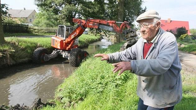NÁSLEDKY. Obyvatelé Markvartic mají ještě tři neděle po povodni vodu ve sklepě.  Povodeň zvedla hladinu vody  i  v potoce Bystrá. Podle starousedlíka Václava Jungmana se potok čistil naposledy před čtyřiceti lety.
