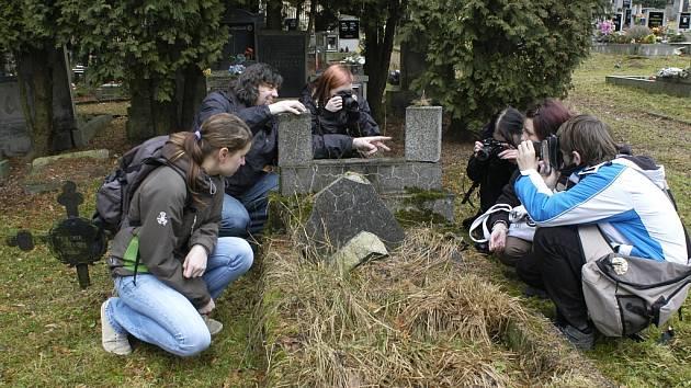Místem výuky se stal hřbitov.
