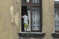 Teprve dvouleté dítě stálo v úterý ráno v okně v domě na Dělnické ulici v Děčíně.