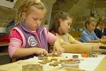 Domy dětí a mládeže nabízí řadu vyžití, od keramiky, přes žonglování až po různé druhy tance