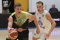 JE TADY START. Basketbalisté Děčína (vpravo Ondřej Šiška) zahajují ligu doma proti Svitavám.