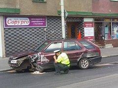 Pronásledovaný řidič havaroval na Teplické ulici.