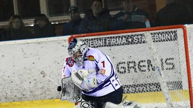 PARÁDA! Děčínští hokejisté (v bílém) vyhráli ve Žďáru 3:2 a v sérii tak vedou 1:0.