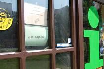 JSEM NA POŠTĚ. Informační centrum ve Zbrojnické ulici v Děčíně  poskytuje turistům informace o Děčínsku, tedy pokud je otevřené.