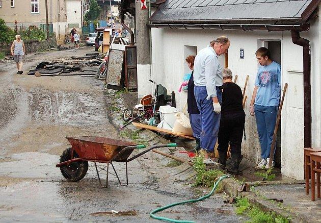 Obyvatelé Děčínska likvidují škody, které napáchala sobotní velká voda