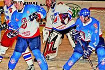 Děčínští hokejisté doma s přehledem zdolali poslední Slaný a nadále se drží v nejužší špičce tabulky. Na snímku cloní před brankou Preussler (vlevo) a Myšík.