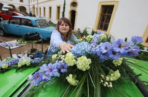 Letošní mezinárodní floristická soutěž Děčínská kotva nalákala diváky na zámecké nádvoří. Soutěžící zdobili květinami auta a motocykly.