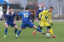 UŠMUDLANÁ VÝHRA. Fotbalisté Varnsdorfu (ve žlutém) doma udolali Velvary 1:0.