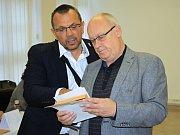 Volit z Prahy přijel do Děčína Jan Kavan (vpravo). Doprovázel ho lídr sociálních demokratů v Ústeckém kraji Jaroslav Foldyna