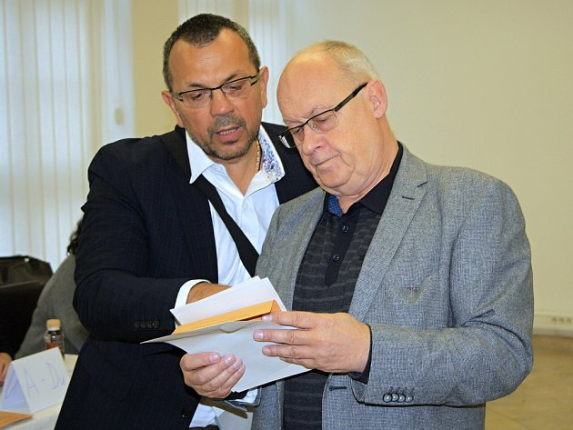 Volit zPrahy přijel do Děčína Jan Kavan (vpravo). Doprovázel ho lídr sociálních demokratů vÚsteckém kraji Jaroslav Foldyna