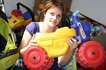 PRO DĚTI. Jedna z organizátorek Štěpánka Řežábková ukazuje věci, které se vybraly pro děti.