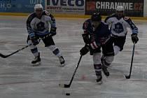 Hokejisté Děčína (modré dresy) podlehli Mostu 4:8.