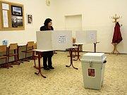 Do 16. okrsku v Děčíně si voliči našli cestu hned po jeho otevření