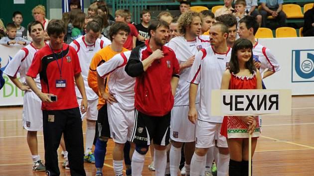 STŘÍBRO. Tomáš Fichtner (úplně vlevo) při nástupu se spoluhráči na ME v Bělorusku.
