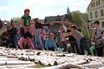 Dolnopoustevenští školáci postavili z ruliček od toaletního papíru plošný model tamního kostelíka. Soutěžili tak o zápis do Guinnessovy knihy rekordů.