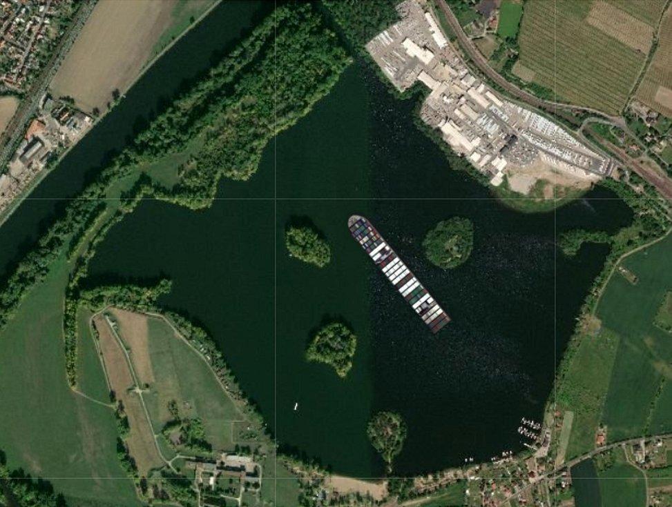 Loď Ever Given na Žernoseckém jezeře.