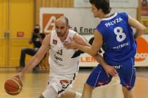 SUPER! Basketbalisté Děčína (v bílém) roznesli Ostravu. Do play off jdou ze čtvrtého místa.
