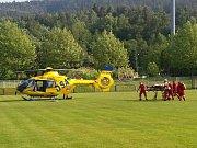 Vrtulník přistál na fotbalovém hřišti u hlavního tahu na Teplice, kam zraněného cyklistu převezla sanitka.