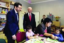 VELVYSLANCI NA ŠLUKNOVSKU.  Americký velvyslanec Norman Eisen navštívil včera spolu se svým norským kolegou  Jensem Eikaasem Šluknovský výběžek.